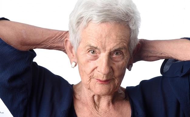 Porträt einer älteren frau auf weißem hintergrund