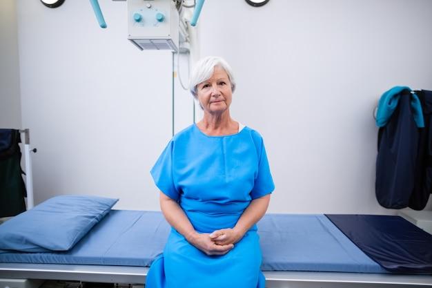 Porträt einer älteren frau, die sich einem röntgentest unterzieht