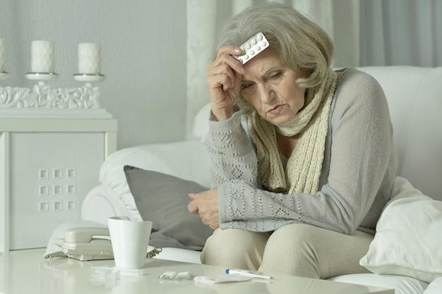 Porträt einer älteren frau, die sich zu hause unwohl fühlt