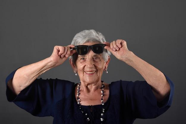 Porträt einer älteren frau mit brille auf der stirn