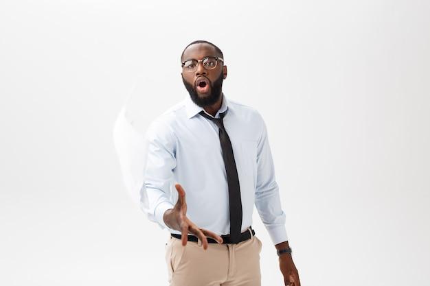 Porträt einer afrikanischen jungen frau in den brillen, die stapel papiere zur kamera über grauem hintergrund werfen