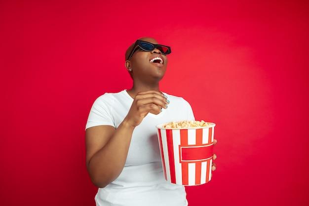 Porträt einer afroamerikanischen jungen frau auf rot