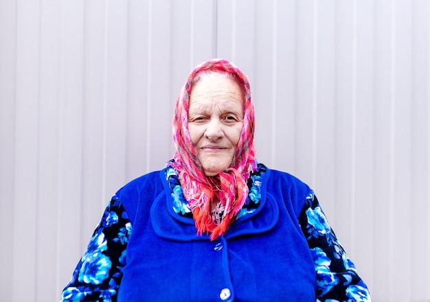 Porträt einer alten großmutter in einem schal