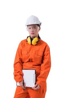 Porträt einer arbeitnehmerin im mechaniker jumpsuit hält das klemmbrett und den stift, die auf weißem hintergrund lokalisiert werden