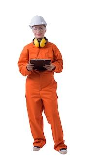 Porträt einer arbeitnehmerin im mechaniker jumpsuit hält klemmbrett und stift lokalisiert auf weißem hintergrund