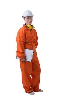 Porträt einer arbeitnehmerin im mechaniker jumpsuit hält klemmbrett und stift