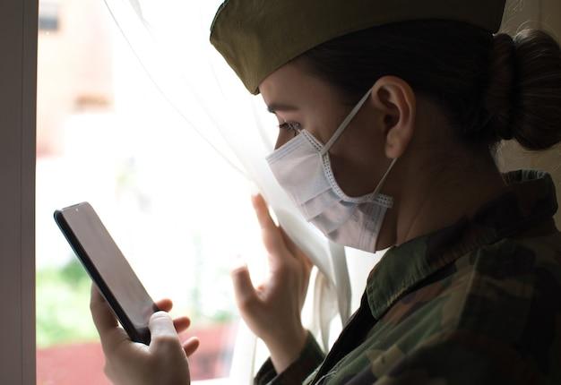 Porträt einer armeeoffizierin in uniform und operationsmaske
