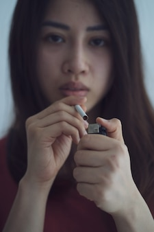 Porträt einer asiatin, deren körper durch das rauchen geschwächt ist