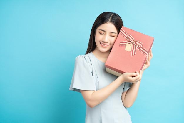 Porträt einer asiatischen frau mit geschenkbox