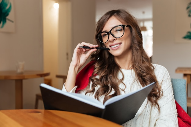 Porträt einer attraktiven frau in brillen