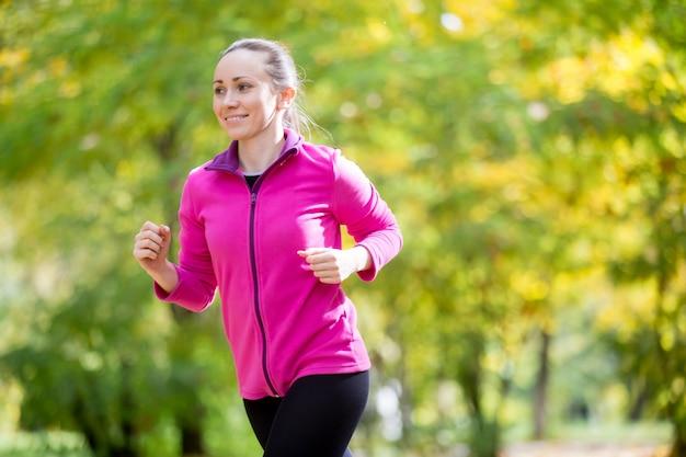 Porträt einer attraktiven frau joggen