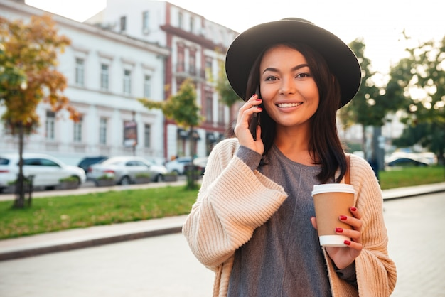 Porträt einer attraktiven jungen frau, die kaffeetasse hält