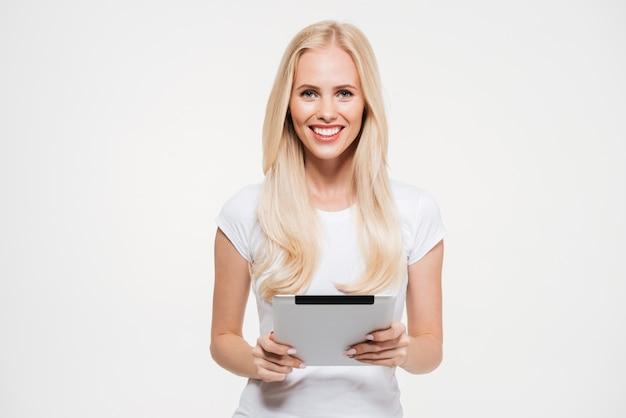 Porträt einer attraktiven jungen frau, die tablet-computer hält