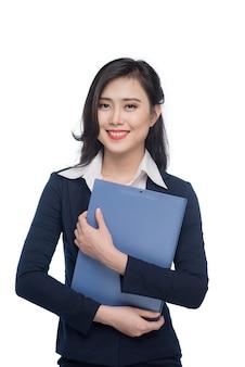 Porträt einer attraktiven jungen geschäftsfrau mit blauem ordner, isoliert auf weißem hintergrund