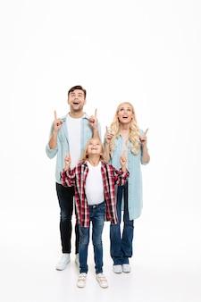 Porträt einer aufgeregten familie mit einem kind in voller länge