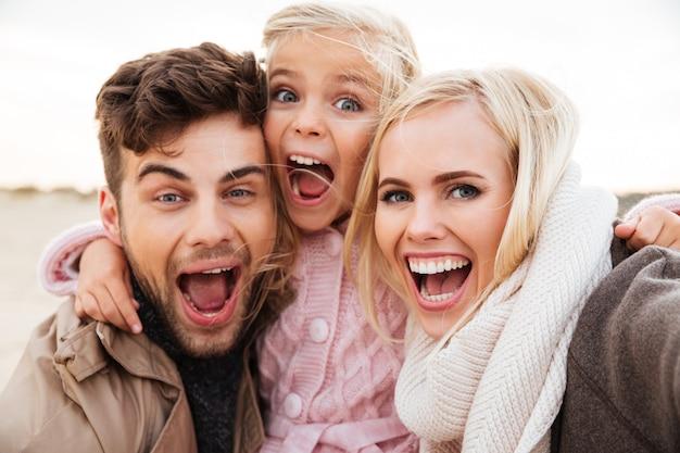 Porträt einer aufgeregten familie mit einer kleinen tochter