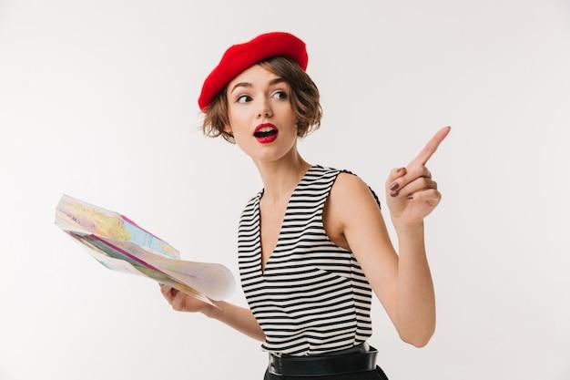 Porträt einer aufgeregten frau, die rote baskenmütze trägt