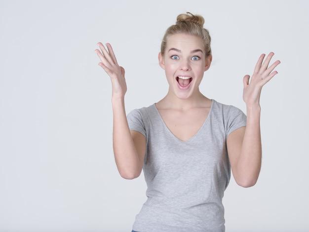 Porträt einer aufgeregten frau mit positiven emotionen - auf weißem hintergrund