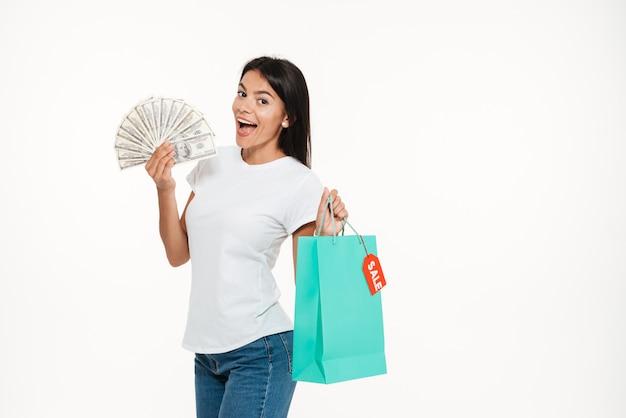 Porträt einer aufgeregten glücklichen frau, die verkaufstasche des verkaufs hält