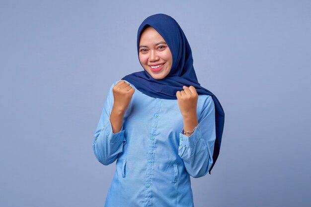 Porträt einer aufgeregten jungen asiatin, die hijab mit glücksausdruck trägt