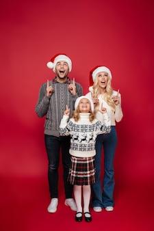 Porträt einer aufgeregten jungen familie in voller länge