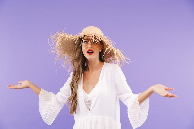 Porträt einer aufgeregten jungen frau im weißen kleid