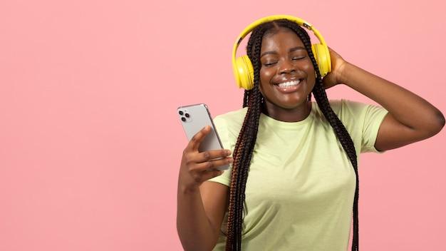 Porträt einer ausdrucksstarken afroamerikanischen frau, die musik hört