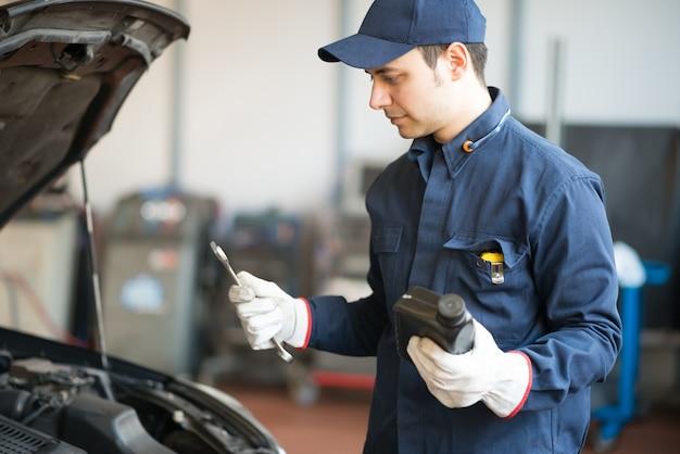 Porträt einer automechanikerfront eines autos in seiner garage