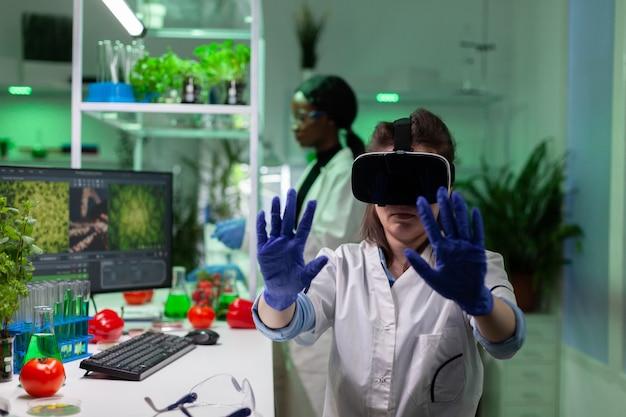 Porträt einer biologen-forscherin, die das fachwissen über virtuelle gvo-pflanzen analysiert