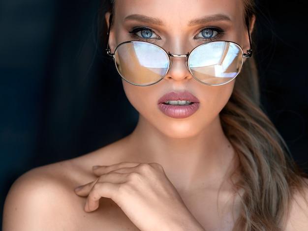 Porträt einer blauäugigen frau in brillen. visionskonzept.