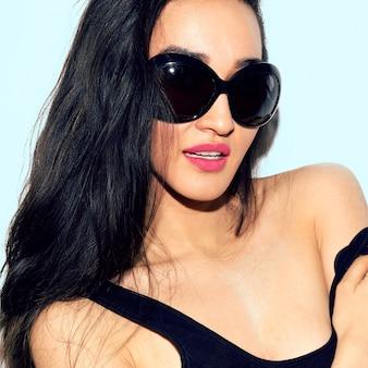 Porträt einer brünette in stilvoller sonnenbrille. sommergefühl