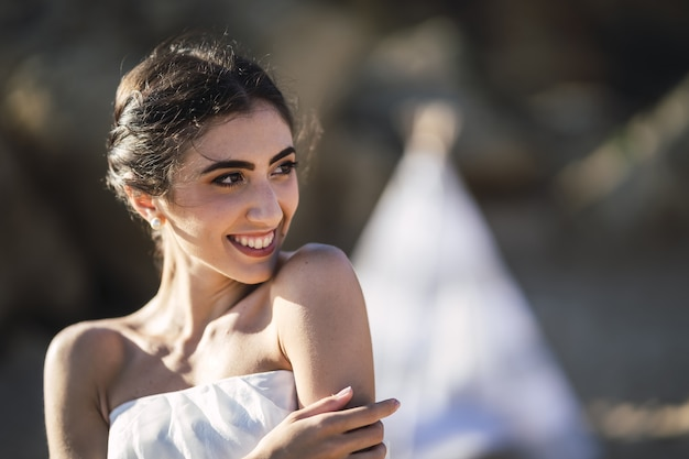 Porträt einer brünetten kaukasischen braut mit einem natürlichen glücklichen lächeln auf ihrem gesicht