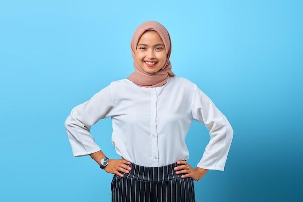 Porträt einer charmanten jungen asiatin mit guter laune auf blauem hintergrund