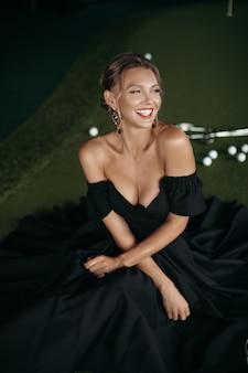 Porträt einer charmanten kaukasischen dame posiert für die kamera, bild einzeln auf dunklem hintergrundunschärfe