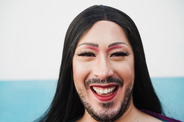Porträt einer drag queen, die vor kamera lächelt - lgbt und transgender-konzept