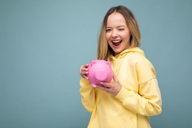 Porträt einer entzückenden positiven lächelnden jungen schönen sexy blonden frau mit aufrichtigen gefühlen