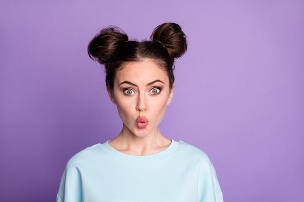 Porträt einer erstaunten freundin hat das 14. februar-datum beeindruckt, senden luftkuss tragen lässige kleidung pullover einzeln auf violettem hintergrund