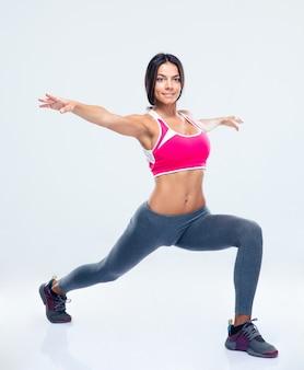 Porträt einer fitnessfrau, die sich ausdehnt