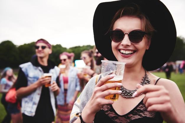 Porträt einer frau beim festival