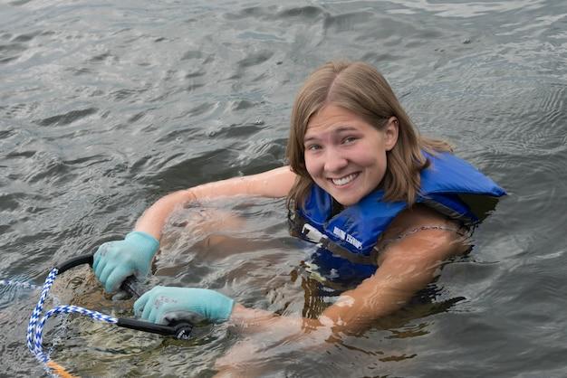 Porträt einer frau bereiten sich auf waterski, see des holzes, ontario, kanada vor