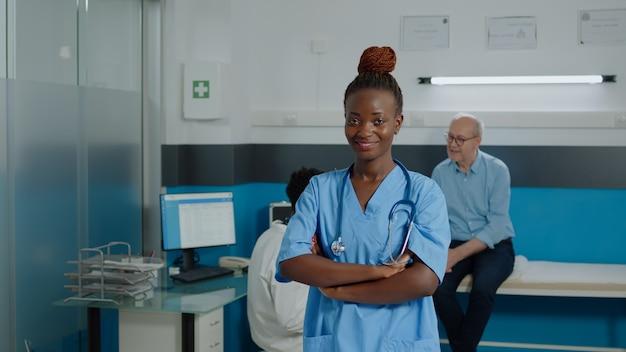 Porträt einer frau, die als krankenschwester in uniform arbeitet