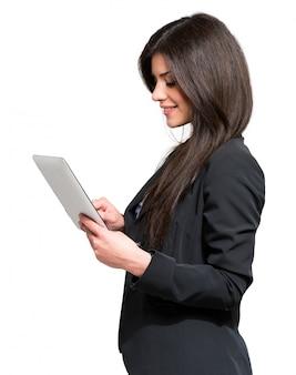 Porträt einer frau, die eine digitale tablette verwendet