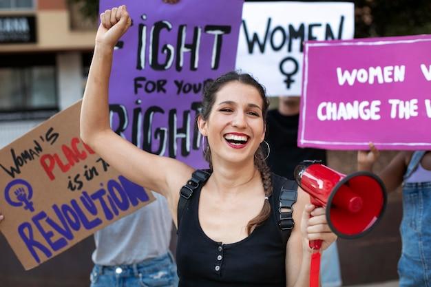 Porträt einer frau, die für ihre rechte protestiert