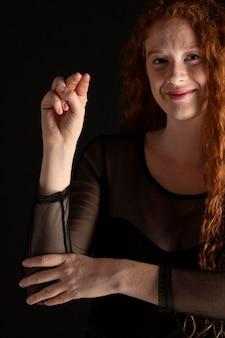 Porträt einer frau, die gebärdensprache lehrt
