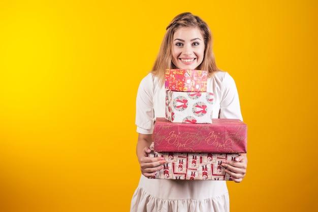 Porträt einer frau, die geschenkboxen hält