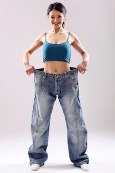 Porträt einer frau, die ihren gewichtsverlust zeigt