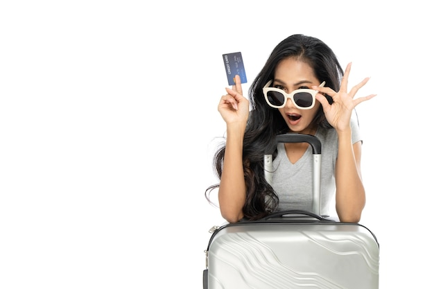 Porträt einer frau, die sonnenbrille mit einem koffer trägt
