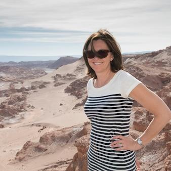 Porträt einer frau in der wüste, san pedro de atacama, provinz el loa, antofagasta-region, chile