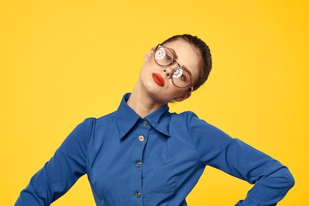 Porträt einer frau in einem blauen hemd mit hellem make-up