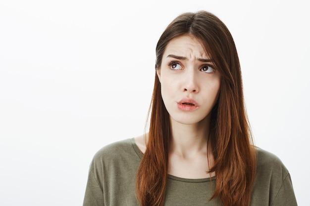 Porträt einer frau in einem dunkelgrünen t-shirt